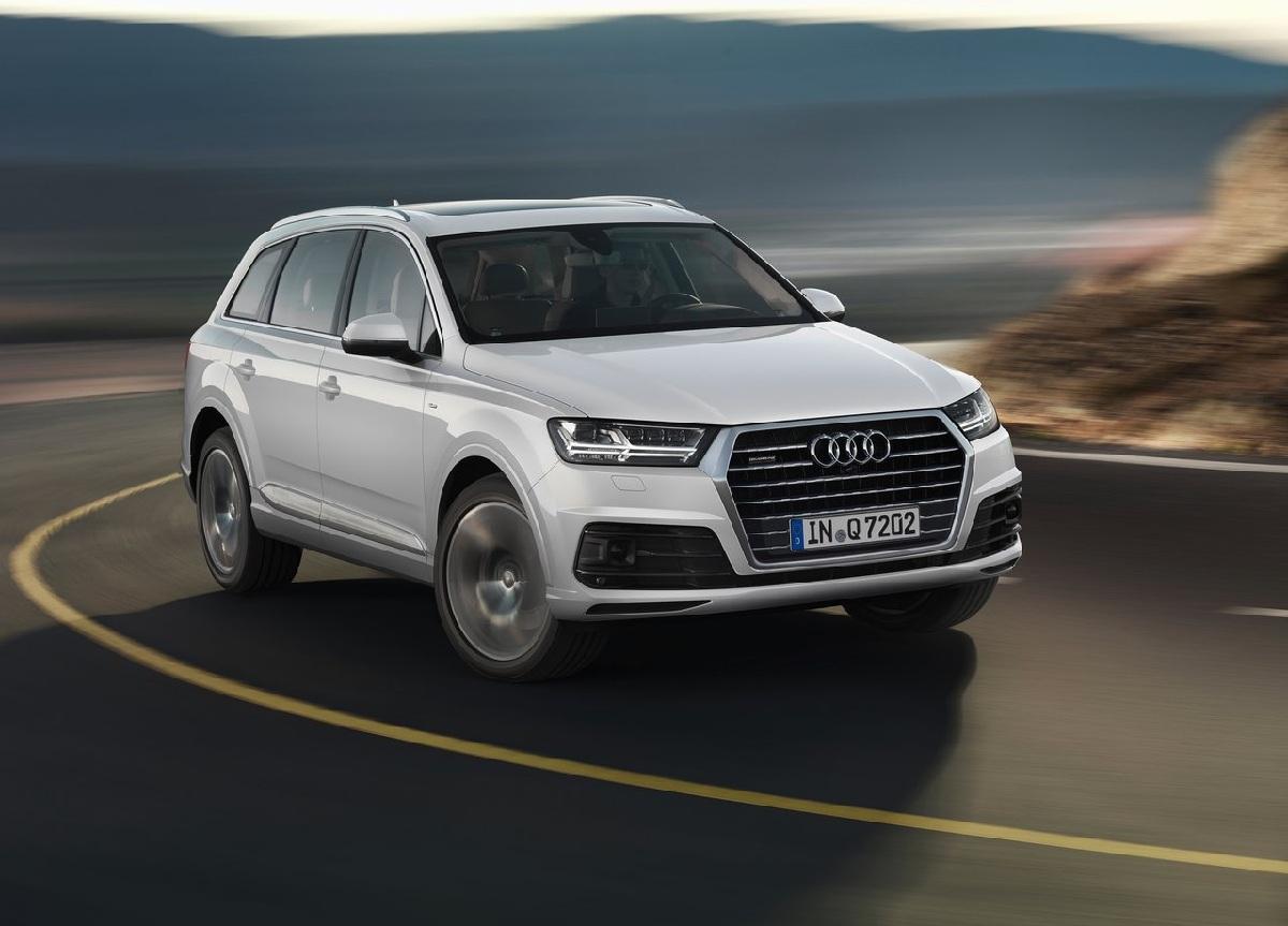 在之前筆者試駕時,就覺得這次Audi對Q7,可說是傾囊相「送」上了很多新科技。除了325kg超級輕量化的車身結構、333hp同級車中最大的馬力以及Audi最引以為傲的Quattro智慧型四輪傳動系統之外,更是增添了四輪轉向系統來讓新Q7開起來就如同一般轎跑車低重心的駕馭感。   而在這三部影片中,除了操控性能的介紹之外,還具有許多新奇實用的好配備,例如:附有按摩功能的通風座椅、自動偵測路上速限標誌,並顯示於虛擬儀錶提醒駕駛的功能、30種顏色可調的車內氛圍燈、觸控手寫面板以及具有3D環繞音場23具揚聲
