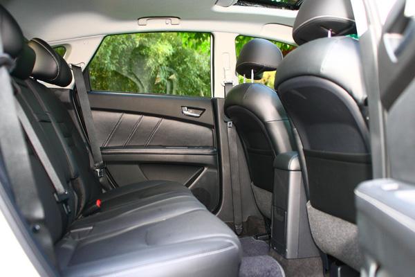 前座后座空间铹��_前座表现合理,后座空间也不错,可惜就是椅背太陡且坐垫较短.